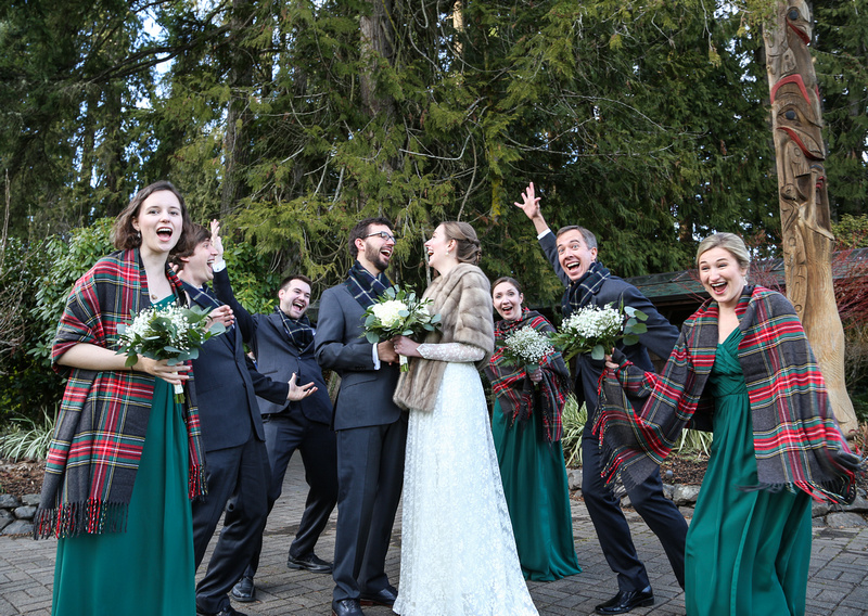 Wedding photography, the wedding party celebrates wildly with the bride and groom. They wear green dresses with plaid wraps.