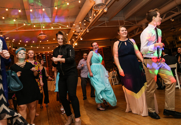 Wedding photography, the crowd fills the dance floor.