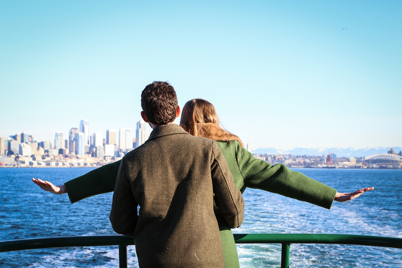 Wedding photography, a woman in a green coat imitates Titanic with her fiancé.