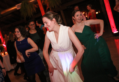 Wedding photography, the bride dances with her friends in green dresses.